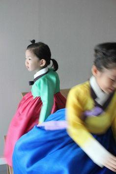 녹의홍상 : 연두저고리와 다홍치마라는 뜻으로 '젊은 여인의 고운 옷차림'을 이르는 말이다.더 고은 옷이...
