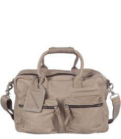 Dit is de klassieker uit de Cowboysbag collectie. Deze handige multifunctionele tas is een absolute bestseller. De tas heeft een handig extra lang hengsel, twee grote voorvakken met rits en een ruime binnenkant. Een stoere handtas, maar ook ideaal als school- of werktas. Klik hier om meer te lezen over het verschil tussen The Bags van Cowboysbag.