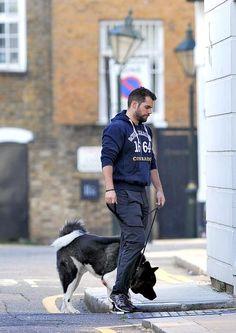 Henry Cavill caminhando com seu dog Kal em Londres - dia 08-10-2105 (by FаmеFlynеt UK) #AlwaysHenryCavillBrasil