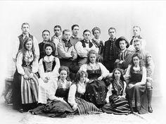 Folkdanslag. Grupporträtt av ungdomar i folkdräkter 1900-1910