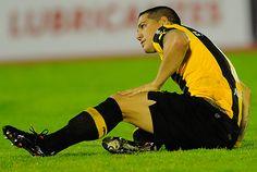 Carlos Núñez, visiblemente dolorido. Sufrió esguince de tobillo izquierdo.