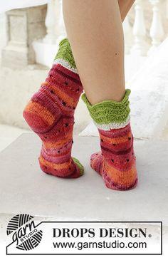 Neulotut vesimelonikuvioiset sukat. Koot 35-43. Työ neulotaan DROPS Fabel-langasta.