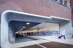 Las iniciativas para dignificar los espacios urbanos comunitarios encuentran un original ejemplo en el nuevo túnel peatonal y ciclista que conecta en Ámsterdam el centro histórico con el río Ij. En un pasadizo de 110 metros bajo la estación central, el Cuyperspassage, la diseñadora gráfica Irma Boom (colaboradora, entre otros, del arquitecto Rem Koolhaas y de la diseñadora de mobiliario Hella Jongerius) ha reinterpretado varios trabajos del pintor de cerámica del siglo XVIII Cornelis…