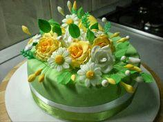 Tarta de cumpleaños decorada con flores blancas y amarillas