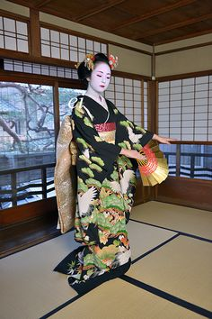 Maiko in japanese room. Gorgeous kimono and Traditional japanese dance. #japan #kyoto #geisha #japanese room #maiko #kimono