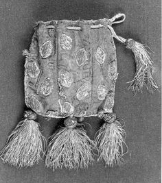 13th c purse with leaves. Spain. 8*10cm. Embroidery in silk and gold thread.