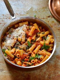 Chicken and spinach pasta. Chicken and spinach pasta with arrabbiata tomato sauce - a family favorite supper on the table in 20 minutes! Spinach Pasta Recipes, Easy Pasta Recipes, Fall Recipes, Iftar, Chicken And Leek Casserole, Spinach Stuffed Chicken, Tahini, Stuffed Peppers, Meals