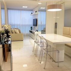 Eu acho tão lindo essas cadeiras em acrílico  autoria de Mônica Demoner Arquitetura ✨ | @decoreinteriores