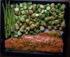 """En helt magisk rätt där lax och goda tillbehör tillagas samtidigt på en plåt. Fisken och grönsakerna penslas med en läcker vitlökssmör. Vitlökssmöret smaksätts med honung, det ger en god sötma och marinaden """"fastnar"""" bättre på laxen. Du kan variera grönsakerna efter smak, du kan tex ersättabrysselkål med broccolibuketter. Min 6-åriga dotter sa när hon njöt av maten att detta var den godaste laxen och potatisen hon har ätit i sitt liv 😀 Det gjorde mig glad! Laxen serverades med en stor… Mini Sandwiches, Zeina, Black Eyed Peas, Asparagus, Food Porn, Food And Drink, Cooking Recipes, Chicken, Vegetables"""