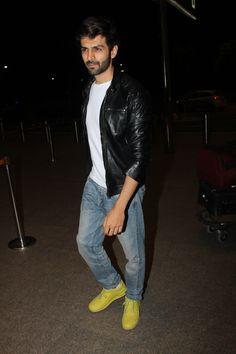 Sonu Ke Titu Ki Sweety actor Kartik Aaryan, was clicked at the airport.