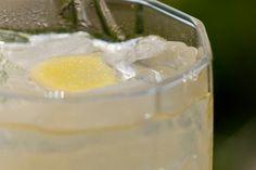 Caipirosca de Limão siciliano, Gengibre, Mel e Hortelã  ¼ xícara (chá) de mel    Gelo a gosto    2 limões siciliano (suco)    1 colher (sopa) de gengibre fresco cortado em lâminas    6 folhas de hortelã fresca    1/3 xícara (chá) de vodca