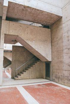 Salk Institute by Louis I Kahn Louis Sullivan, Louis Kahn, Philip Johnson, Sci Fi Environment, 3d Architecture, Concrete Structure, Norman Foster, Construction Materials, Brutalist