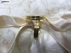 http://www.lemienozze.it/operatori-matrimonio/gioielli/stefano-andolfi/media/foto/6 Fedi nuziali in oro con disegno a tre fasce.
