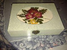 Caja craquelada con flores prensadas