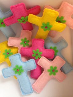 Felt Crosses Bazaar Crafts, Religious Cross, Felt Ornaments, Easter Crafts, Crosses, Felting, Hand Sewing, Have Fun, Angeles