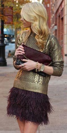 #StreetStyle, on craque pour l'association de la jupe violine à franges et le pull en or.