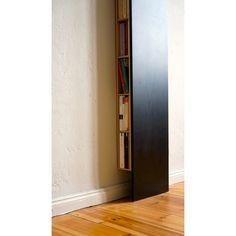 Ein flaches Wandregal, das Bücher, CDs und vieles anderevon der Seite aufnimmt. Es steht stabil auf seiner Frontplatteund lehnt sich mit der Rückseite an die Wand.bux hat beidseitig verstellbare Böden die in sinnvollenRastern oder auch frei in 25mm-Schritten eingerichtetwerden können. Die Front in Tafellack bietet zusätzlicheGestaltungsfläche.Materialen:Korpus + Tablare MdF 8mm stark, Frontplatte MdF 12mmstark, lackiert in Tafellack, beschreibbar + feucht abwischbar.Kreidehalter aus roter…