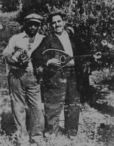 Μουσικός με το τρίχορδο μπουζούκι του, παρέα με φίλο του στο Ηράκλειο, φωτογραφία γύρω στα 1925. (Αρχείο Γιάννη Ζαϊμάκη)