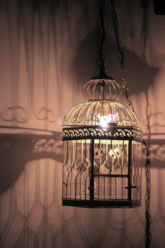 lampara de techo hecha con una jaula de pajaros