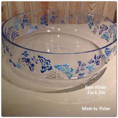 La peinture 3D DIAM'S tient sur verre : ici le grand saladier a été décoré sur la surface extérieure par de petits papillons bleus Tableware, Emboss Painting, 3d Painting, Blue Butterfly, Papillons, Drinkware, Atelier, Dinnerware, Tablewares