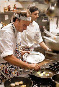 Il chef di il Ristorante Clandestino Milano, Moreno Cedroni e fare un piatto per un cliente nel suo ristorante. :)