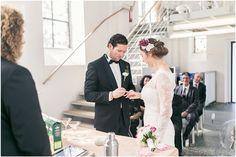 Kirchliche Trauung, schwarzer Anzug, schwarze Fliege, Brautkleid, Blumenkranz, Braut, Bräutigam, Brautpaar, Foto: Violeta Pelivan