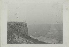 Het begin van de Grote Muur bij de zee te Shaiguan, China Indrukken van China  prof. dr. J.J.L. Duyvendak…