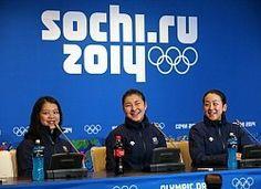 記者会見で質問に笑顔で答える(左から)鈴木、村上、浅田=ロシア・ソチのアイスベルク・パレスで2014年2月17日、山本晋撮影
