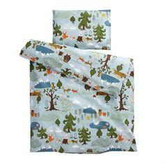Det fantastiske Little bear-sengesettet for barn er designet av Edholm Ullenius før svenske Klippans Yllefabrik. Sengesettet er laget i fin bomull av høy kvalitet og har et sjarmerende mønster med dyr og natur. Sengesettet passer utmerket for de aller minste og blir også en fin detalj i barnerommet. Kombiner det med andre herlige produkter fra Klippans Yllefabrik til å dekorere hjemmet ditt med. Velg mellom flere forskjellige størrelser.