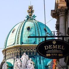 É impossível visitar Viena e deixar de lado uma das confeitarias mais tradicionais da cidade a Demel. #malasepanelas #viena #demel #hofburg #dicadeviagem #fotodeviagem #viagemeturismo #arquitetura #instagood #instatravel #travelgram #bestoftheday #2007 #latergram