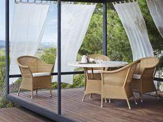 LANSING Cane-line zestaw mebli na taras. Nowoczesny stół z trawertynowym blatem i wygodne fotele. Poduszki z tkaniny Tempotest® w kolorze białym.