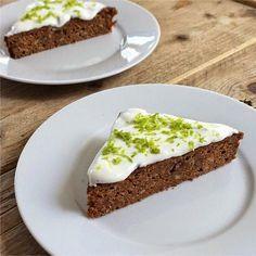 Worteltaart (carrotcake) van speltmeel met roomkaas limoentopping