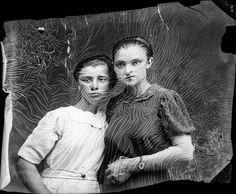 Né en 1897 en Roumanie, Costică Acsinte a servi lors de la Première Guerre mondiale comme photographe dans l'armée, plus tard en 1920 il a ouvert dans la Ville de Slobozia un studio de photographie. Jusque dans les années 1960 il a photographié les habitants de la région, pendant une longue période avec une chambre …
