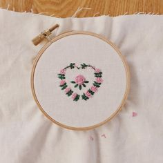 요즘은 다시 자수에 관심이 생겨서 조금씩 해보고 있다. 이건 스티치북 도안보고.. 하지만 다른느낌  처음부터 욕심부리지 말고 차근차근!! . #자수 #꽃자수 #프랑스자수 #취미 #embroidery #needlework #slow #tadaboowork