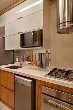 Cozinha marrom com branco