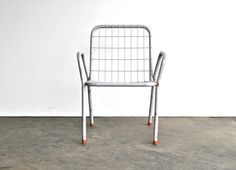 Mid Century Grey Metal Children's Chair with Chippy Red Paint op Etsy, 47,21€