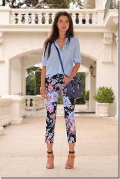 Pantaloni fiorati sì o no? Di regola non li userei mai perché secondo me stanno bene solo alle gambe molto sottili che non ho. Però mi piacciono molto quelli con fantasia floreale su sfondo scuro.