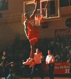 Vince Carter High School Spalding Basketball Hoop, Basketball Rim, High School Basketball, Basketball Pictures, Basketball Legends, Mike Jordan, Michael Jordan, Best Nba Players, Carolina Pride