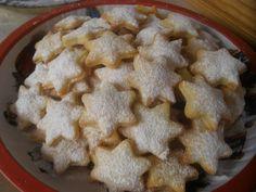 Z tvarohu, mouky a tuku vypracujeme těsto, podsypáváme, vyválíme a vykrajujeme hvězdičky, mohou být i jiné tvary, naskládáme na plech a upečeme... Christmas Candy, Christmas Baking, Czech Desserts, Czech Recipes, Meringue Cookies, Macaroons, Cookie Recipes, Food To Make, Sweet Tooth