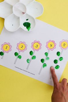 FLOWER LEARNING PRINTABLE - Hello Wonderful One of the best ways for kids to learn anything is through hands on sensory experiences. Here's 4 hands on ways to use this simple printable and teach coloring, number matching, counting and sequencing! Counting Activities, Preschool Learning Activities, Preschool Lessons, Spring Activities, Teaching Ideas, Childcare Activities, Spring Preschool Theme, Preschool Flower Theme, Activities For 4 Year Olds