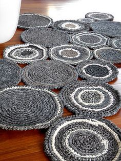 Stepping stone effect of a crochet rag rug. Crochet Diy, Crochet Home Decor, Love Crochet, Crochet Rugs, Creation Deco, Creation Couture, Yarn Projects, Crochet Projects, Crochet Carpet