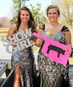 These girls are Sure Champ customers! You can never have too much bling at prom… Senior Year Pictures, Country Senior Pictures, Prom Pictures, Graduation Pictures, Senior Photos, Senior Portraits, Senior Prom, Homecoming, Prom Poses