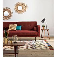 Confortable, exotique, entièrement noué à la main, le tapis de style berbère Ourika apportera une touche de chaleur et d'exotisme à votre univers, avec ses jeux de losanges colorés. Ses différentes dimensions lui permettent de trouver sa place dans votre couloir, dans votre chambre, ou dans un grand salon.Composition du tapis Ourika : 100% laine, 2700 g/m2.Dimensions du tapis Ourika :- 120 x 170 cm- 160 x 230 cm.Existe en version tapis de couloir
