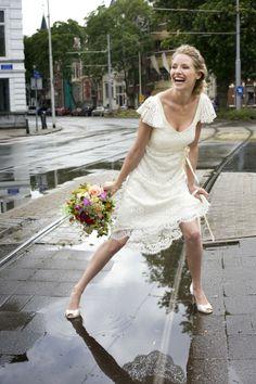 leuke korte jurk met kant en vrolijk boeket