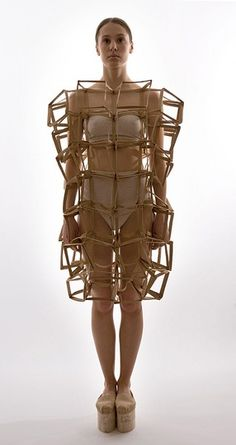 Sculptural Fashion - dress form with connecting cube construct; Geometric Fashion, 3d Fashion, Weird Fashion, Fashion Details, Fashion Design, Runway Fashion, Mode 3d, Sculptural Fashion, Future Fashion