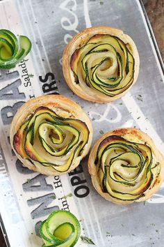 Zucchini puff pastry flowers via Délices d'Orient (Fleures de courgettes aux… Veggie Recipes, Appetizer Recipes, Vegetarian Recipes, Appetizers, Cooking Recipes, Tapas, Savoury Baking, Snacks, Food Presentation