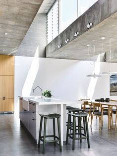 Vaulted skylights and concrete columns connect this Melbourne home with the sun. Designed by the Moving House has three… Concrete Column, Concrete Floors, Home Interior Design, Interior Architecture, Kitchen Interior, Interior Ideas, Skylight Design, Melbourne House, Architect House