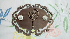 Placa oval pequena com recorte em mdf e florzinhas de resina.