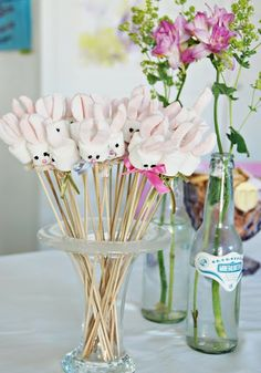 Marshmallow bunnies on a stick Great for Easter Ostern Party, Diy Ostern, Hoppy Easter, Easter Eggs, Holiday Crafts, Holiday Fun, Festive, Marshmallow Bunny, Bunny Party