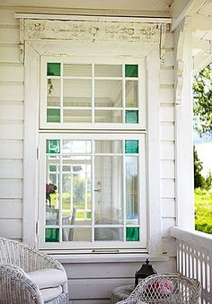 extérieur : fenêtre et porche. blanc, vitrage Tie in to green front door Cottage Style, Farmhouse Style, Outdoor Spaces, Outdoor Living, Through The Window, Luxury Interior Design, Stained Glass Windows, Scandinavian Style, Windows And Doors